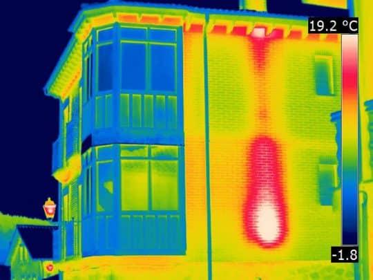 Photo extérieure des ponts thermiques d'une maison de ville